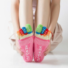 Для женщин Йога носки противоскользящие носки с пальцами, с низким вырезом на спине хлопок силиконовые Нескользящие 5 носком; Сезон Зима; женские носки балет тренажерный зал calcetines dedos