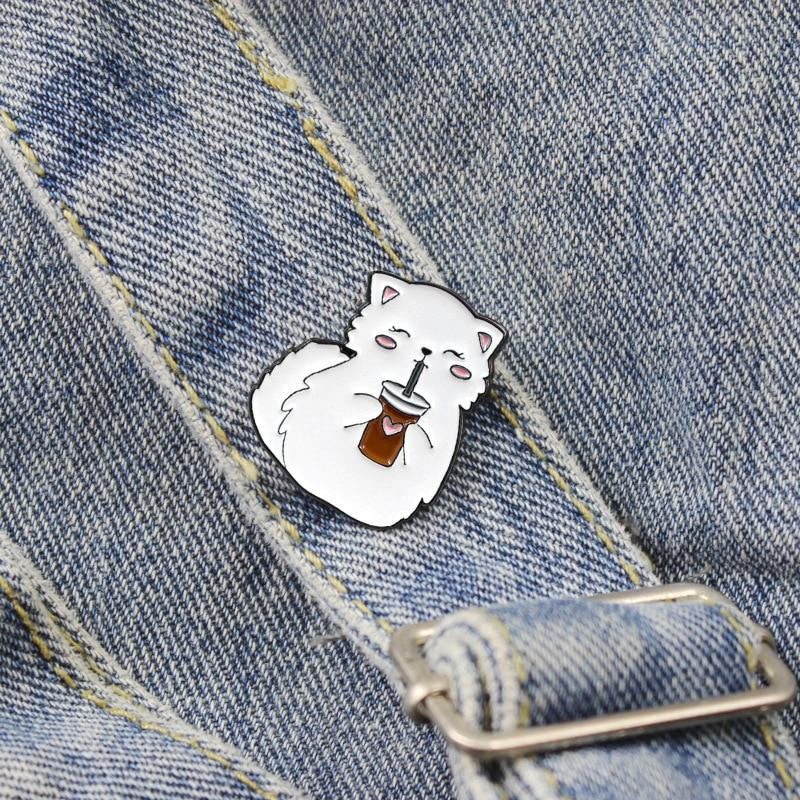 Feliz bebida gato metal esmalte broche criativo dos desenhos animados branco raposa emblema pino bonito engraçado lapela mochila animal jóias presente para crianças