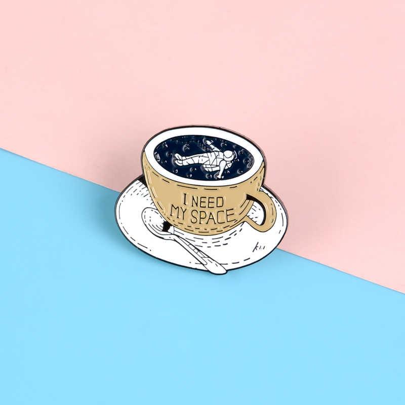 Ruang Cangkir Kopi Pin Perlu Ruang Independen Enamel Pin Bros Astronot Kerah Pin Lencana Kemeja Tas Perhiasan Kolektor Hadiah