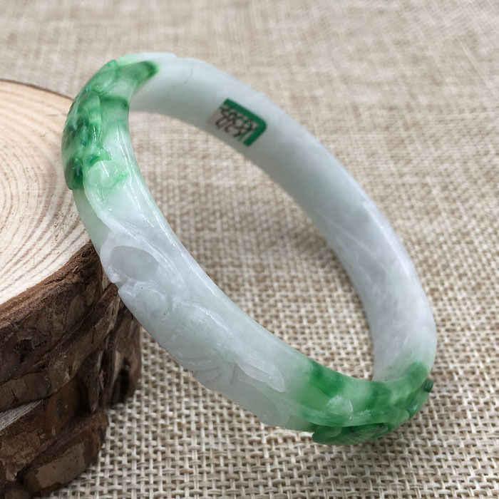 A-363 ที่สวยงามแกะสลัก Emerald Jadeite หยกอัญมณีสร้อยข้อมือกำไลข้อมือ 61 มม.