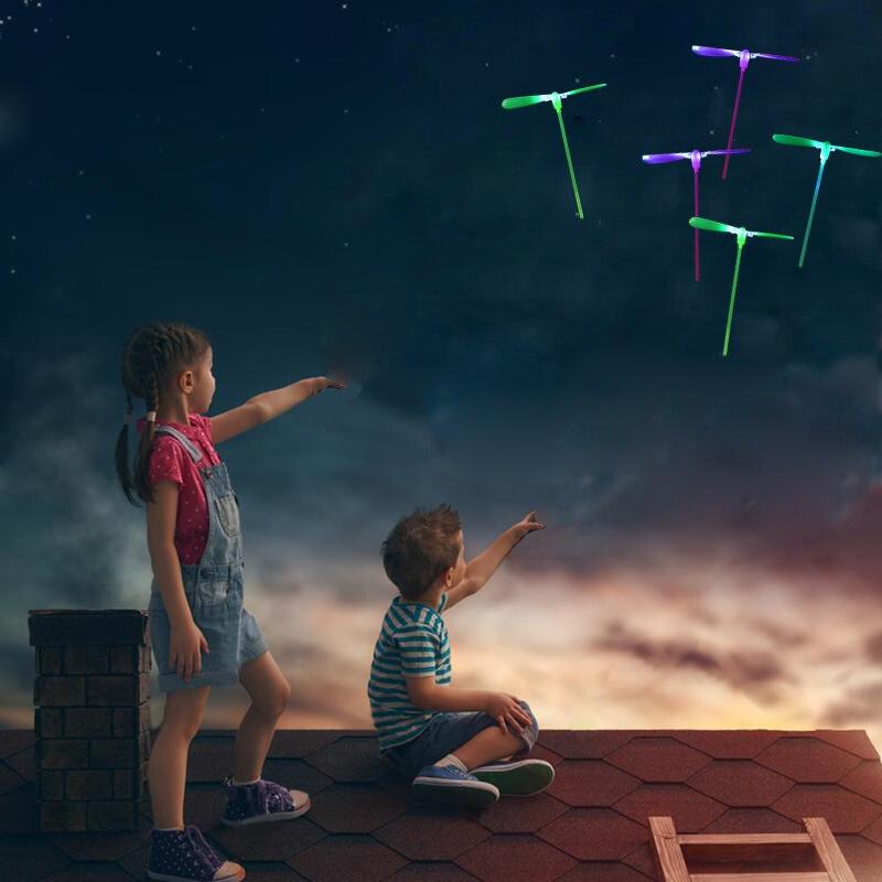 Increíble luz LED giratoria bambú libélula volando juguetes fiesta diversión niños al aire libre intermitente juguete flecha para volar DS29 1 pieza LED luz pelotas de Golf brillo intermitente en la oscuridad pelotas de Golf de noche Multi Color formación pelotas para practicar Golf, regalos