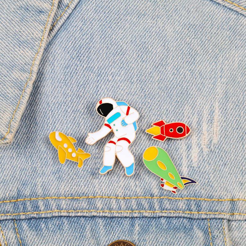 Astronot Ruang Bros Pin Kartun Roket Kuning Pesawat Enamel Lucu Kustom Kerah Pin Denim Jaket Kerah Lencana Perhiasan