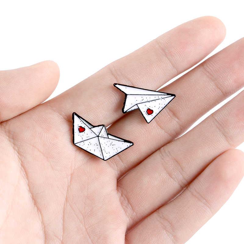 Paper boat samolot emalia szpilki Love Heart cekiny odznaki broszki na kapelusz torba kurtki przypinka para biżuteria akcesoria do prezentów