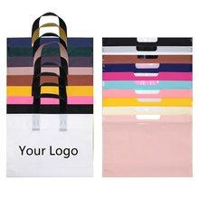 Sacos de plástico para o pacote de presente do negócio com sacos de compras de superfície matte do punho do laço para o logotipo boutique personalizado