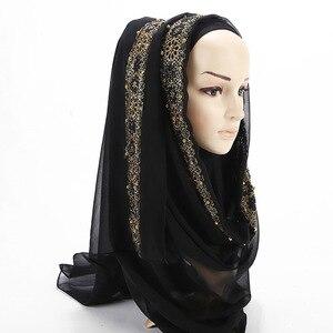 Image 2 - 2020 새로운 여름 이슬람 무슬림 라인 석 레이스 꽃 스카프 목도리 Hijab 여성 솔리드 컬러 버블 쉬폰 터번 머리띠 스카프