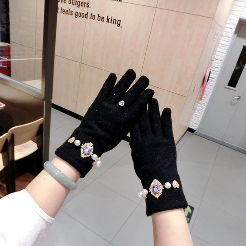 Retro Portrait Pearl Metal Love Cashmere Gloves Fashion Korean Winter Warm Thickening Finger Ladies Cycling Touch Screen Gloves