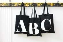 İngilizce alfabe mektubu alışveriş çantası kişiselleştirilmiş Tote tuval siyah çanta Harajuku yüksek kapasiteli kadın çanta kullanımlık alışveriş