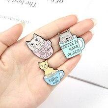 Kawa jest bezpieczne miejsce kot emalia igła Cute cartoon zwierząt puchar broszka ubrania lapel przypinka na plecak odznaka biżuteria prezenty dla przyjaciół