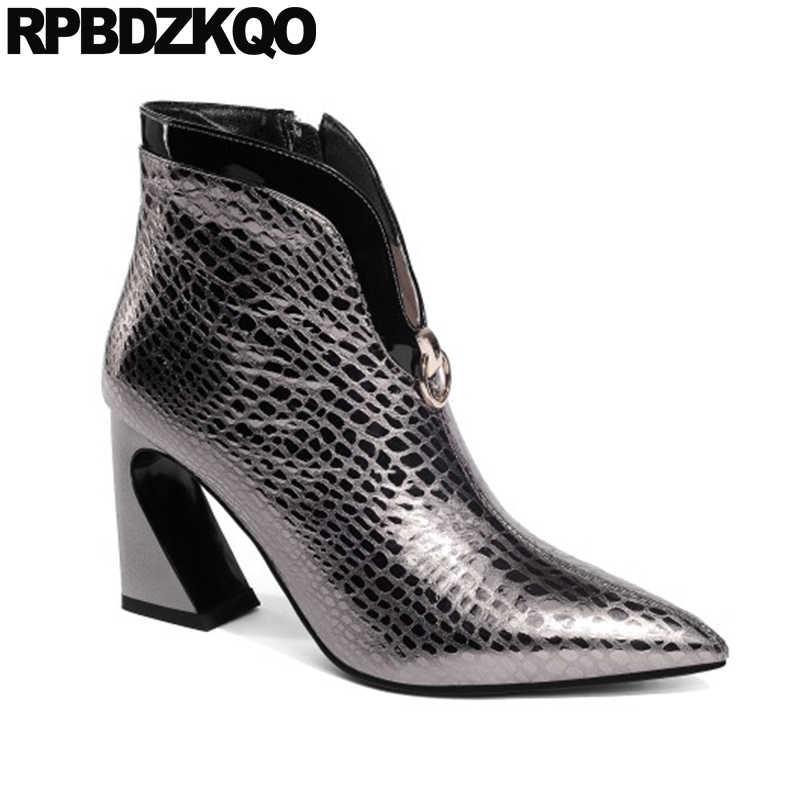 Ботинки ручной работы из натуральной кожи; обувь из змеиной кожи; теплые короткие женские ботинки с острым носком; Сезон Зима; коллекция 2019 года; обувь на высоком каблуке-столбике с мехом змеи