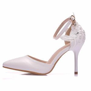 Image 3 - Crystal Queen zapatos de encaje blanco para mujer, calzado de tacón alto para banquete de boda, zapatos nupciales puntiagudos, zapatos sencillos rebeldes