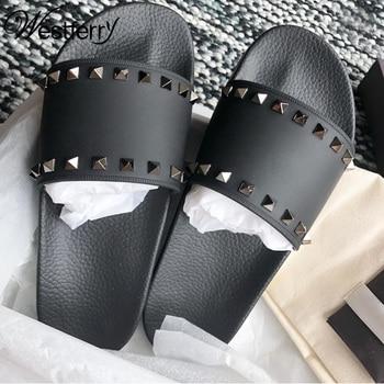 Estación europea estrella con verano 2019 nuevos zapatos de playa tendencia remache zapatillas antideslizantes de cuero chanclas mujeres