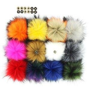 Image 1 - Pack de 12 Pom Pom en fausse fourrure de raton laveur 14CM/5.5 pouces avec boutons à pression pour chapeaux, vente en gros daccessoires pour chapeaux