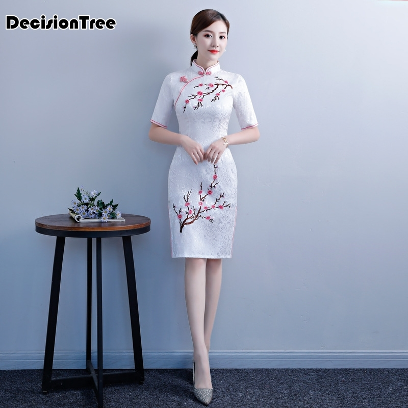 2020 White Chinese Traditional Women Embroidery Qipao Vintage Cheongsam Novelty Chinese Formal Dress Plus