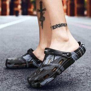 Image 4 - グラフィティプリント男性の夏の靴穴サンダル中空通気性フリップワニファッションビーチスリッパ防水靴