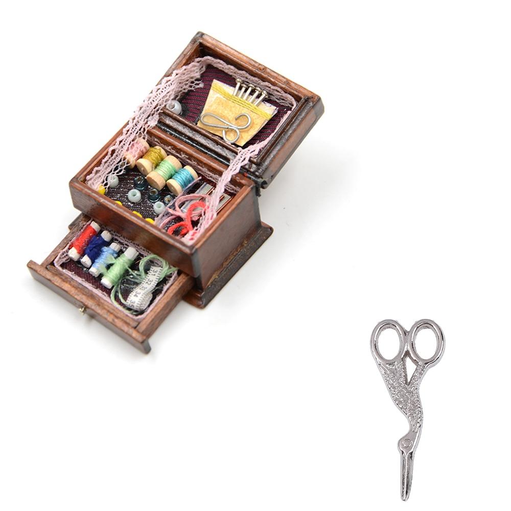Bonito 1 pçs 1:12 do vintage costura agulha needlework tesoura kit caixa casa de bonecas decoração em miniatura crianças presente para boneca acessórios
