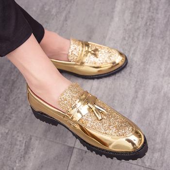 QUAOAR nowe modne męskie buty ślubne buty pana młodego lakierowane brokatowe diamentowe elementy błyszczące osobowości wskazał złote buty tanie i dobre opinie RUBBER Slip-on Pasuje prawda na wymiar weź swój normalny rozmiar Oksfordzie Graniczy Oddychające Oświetlony Masaż