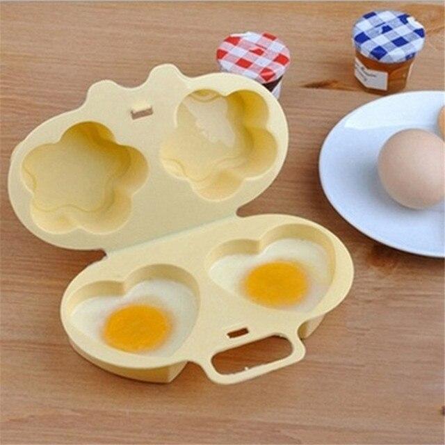 Photo cuiseur oeuf tupperware avec deux oeufs cuits en forme de cœur.