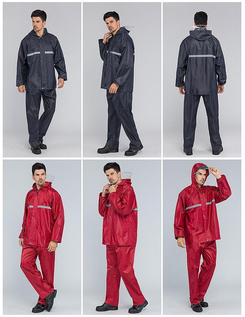 dos homens impermeáveis rainwear caminhadas ao ar