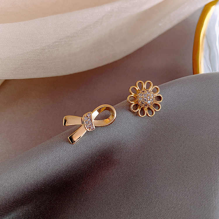 ちょうデイジーのイヤリングミニマ春イヤリングイン潮ニッチブランドイヤリング非対称トレンド人格小型耳スタッド