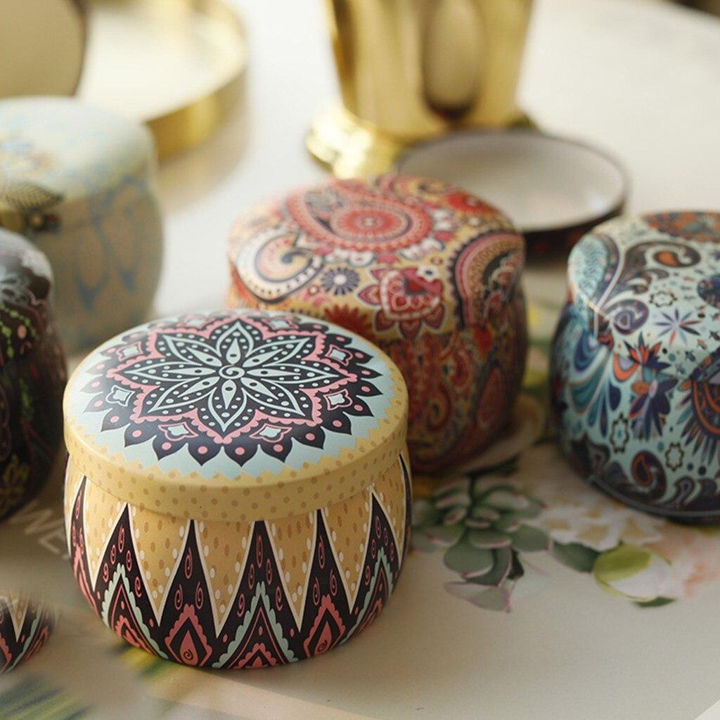 תקריב על שלושה נירות ריחניים במיכלים צבעוניים בעיצוב מנדלות
