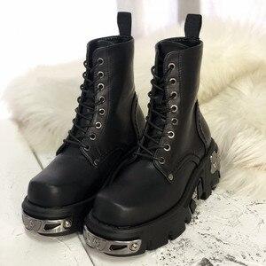 Image 1 - パンクスタイルの女性のアンクルブーツ黒 6 センチメートルプラットフォームブーツ高トップス軍事ブーツ金属装飾秋の冬 bota ş mujer