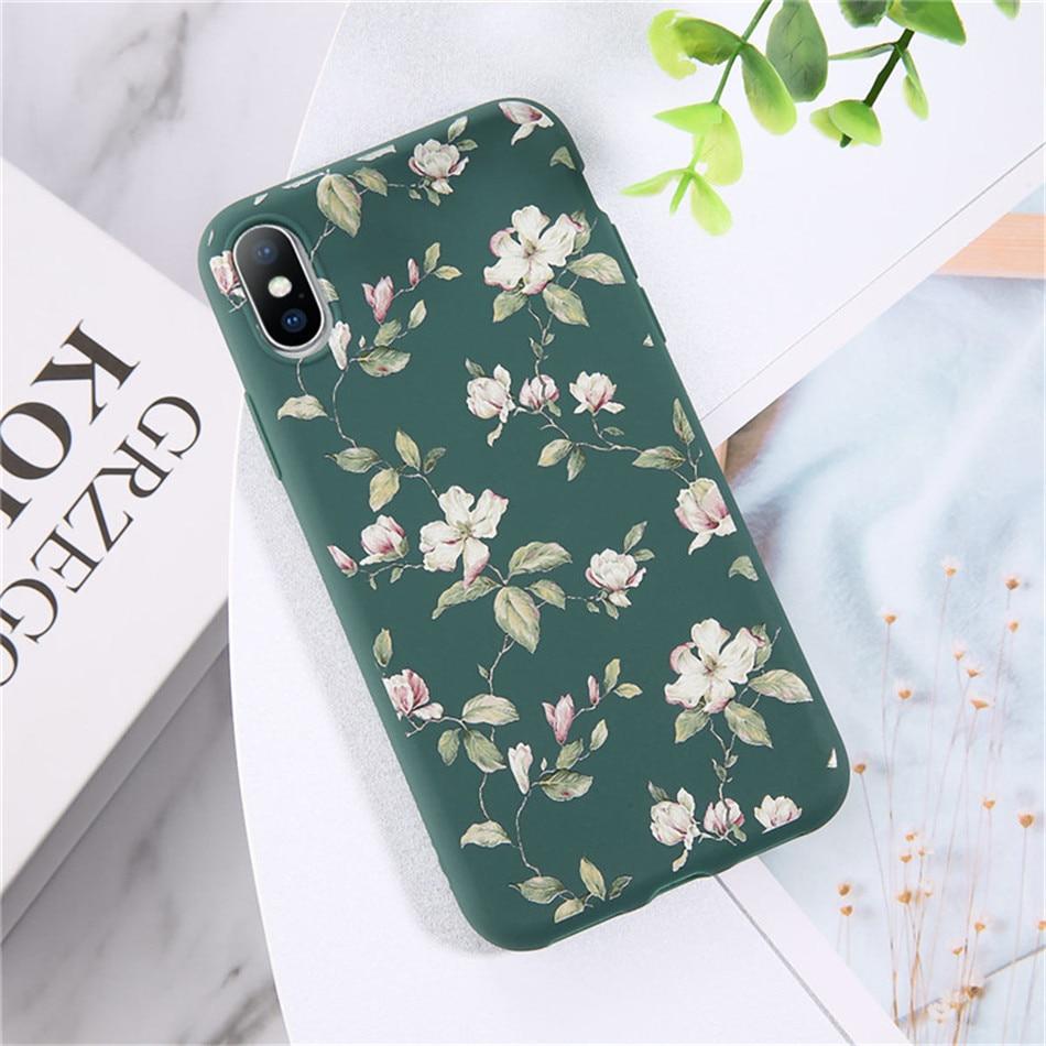 Kolor zielony z biało-różowymi kwiatami.