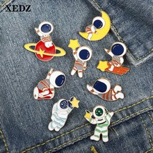 Pin de esmalte colorido de alien para niños, broche de la luna y las estrellas volando alrededor del espacio, insignia de acción, regalo para niños