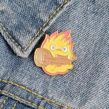 Howl hareketli kale Calcifer kadınlar için sevimli karikatür rozetleri yangın iblis emaye Pin takı giysi sırt çantası aksesuarları