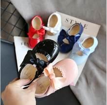 Najnowsze letnie dziecięce buty 2020 modne skórzane słodkie dziecięce sandały dla dziewczynek maluch dziecko oddychające PU Out Bow Shoes