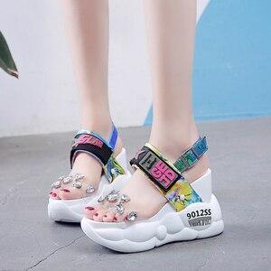 Image 2 - Rimocy tıknaz platformu büyük rhinestones pvc sandalet kadın yaz moda şeffaf süper yüksek topuklu takozlar sandalias mujer 2019