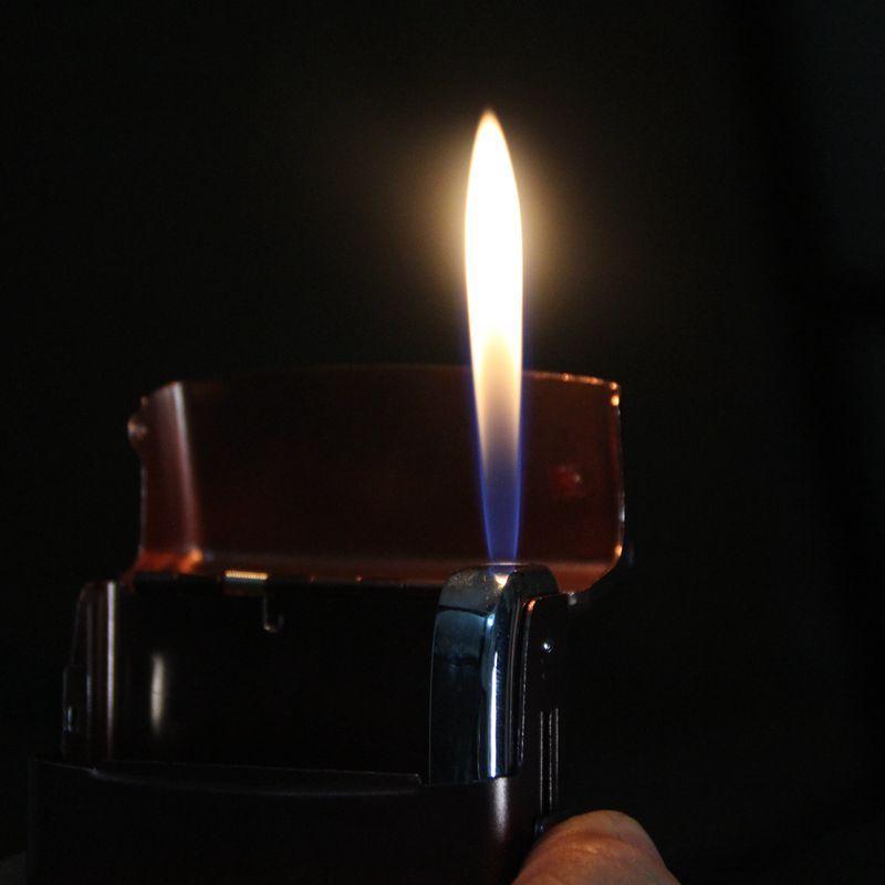 Чехол для зажигалки из алюминиевого сплава с открытой зажигалкой