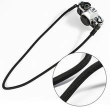 Белый ремешок для камеры с открытыми плечами и белым ремнем
