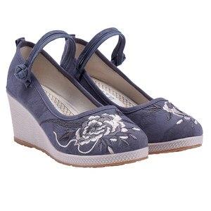 Image 2 - Veowalk 7Cm Wedge kobiety żakardowa bawełna haftowane buty na wysokim obcasie Vintage Ladies Casual pompy kostki pasek w chińskim stylu Hanfu buty