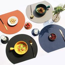 Venda quente almofada de talheres placemat conjunto semicírculo calor lnsulation non-slip couro mesa de jantar esteira conjunto bicolor copo coaster cozinha