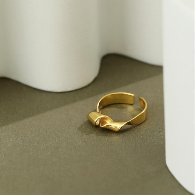 Фото женское кольцо из серебра 925 пробы в минималистическом стиле