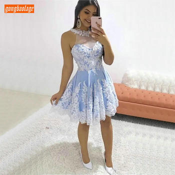 Trendy Sky Blue O Neck Prom Dresses Short Sleeveless Knee Length Ivory Lace Applique Homecoming Dresses Beach Foraml Party Gown 2020 light sky blue lace graduation short prom dresses bateau neck satin ruched mini homecoming party cocktail dress for girls