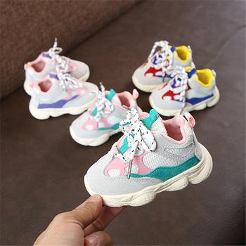 Jesień dziewczynka chłopiec buty dla małego dziecka niemowlę buty do biegania miękkie dno wygodny kolor szwów dzieci Sneaker tanie i dobre opinie WENWENDEXINGFU Mesh (air mesh) Patch Wiosna jesień Lace-up Geometryczne Unisex RUBBER Pasuje prawda na wymiar weź swój normalny rozmiar