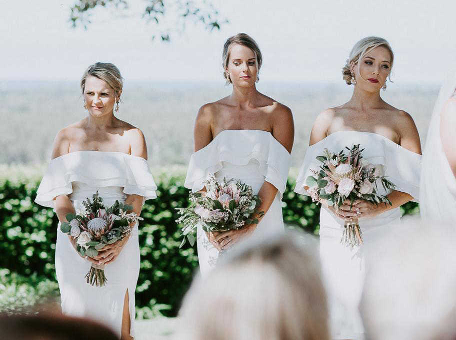 Witte Korte Schede Bruidsmeisje Jurken Off Shoulder Backless Knie Lengte Side Split Eenvoudige Tuin Cuontry Bruiloft Gast Jurken