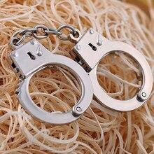 Criativo polícia homem punho chaveiro algemas forma chaveiro encantos mini pingente chaveiro chave do carro chaveiro presente da jóia