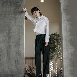 Image 5 - [EAM] 여성 블랙 화이트 불규칙한 분할 공동 블라우스 새로운 옷깃 긴 소매 느슨한 맞는 셔츠 패션 조수 봄 가을 2020 1B205