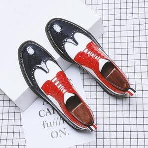 Image 2 - Zapatos informales de charol para fiesta en club nocturno para hombre, zapato Oxford tallado de cuero calado con punta estrecha, talla grande