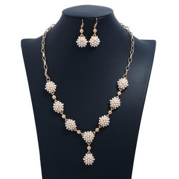 Europa y América Cruz borde fresco delicado collar de perlas colgante pendientes conjunto accesorios mujeres gargantilla servicio Adorno