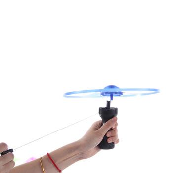 2020 gorąca sprzedaż 1pc zabawy boisko sportowe do kresek spodek zabawki oświetlenie LED UFO interakcja rodzic-dziecko kreatywny 7 kolor spin-off tanie i dobre opinie Z tworzywa sztucznego Keep away from fire Certyfikat Handle pull wire flying saucer GC117002 Chwytając ruch zdolność rozwoju