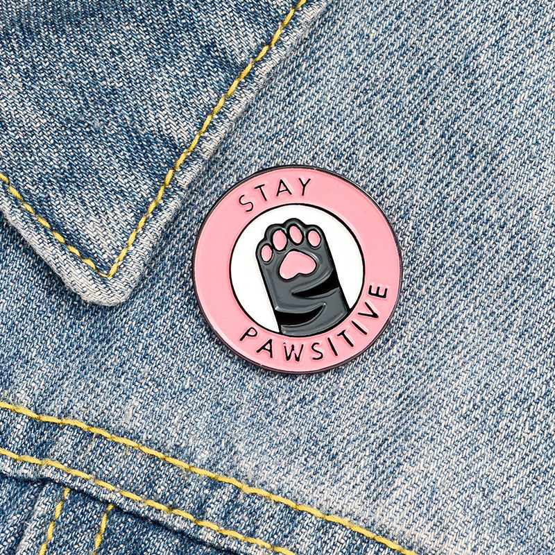 Оставайтесь Pawsitive розового цвета с принтом «кошачий коготь» ковбойский костюм с персонажем мультфильма брошь эмаль на булавке на металличе...