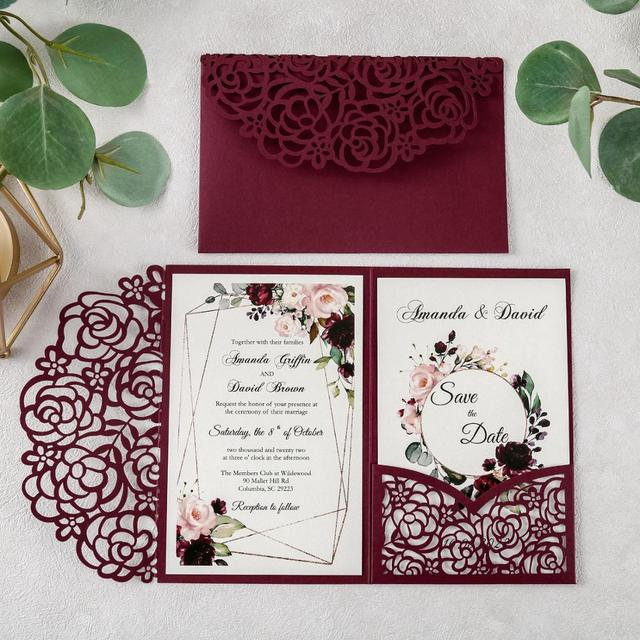 100pcs 부르고뉴 새로운 로즈 결혼식 안내장 레이저는 결혼식/Quinceanera/생일을위한 꽃 주머니와 봉투를 가진 중공을 자른다