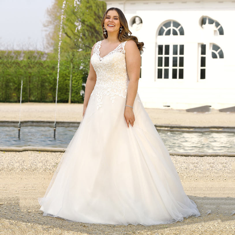 Sexy V Neck Plus Size Wedding Dress For Women Sleeveless Button Back Bride Dress For Big Size Women Vestido De Noiva 2019