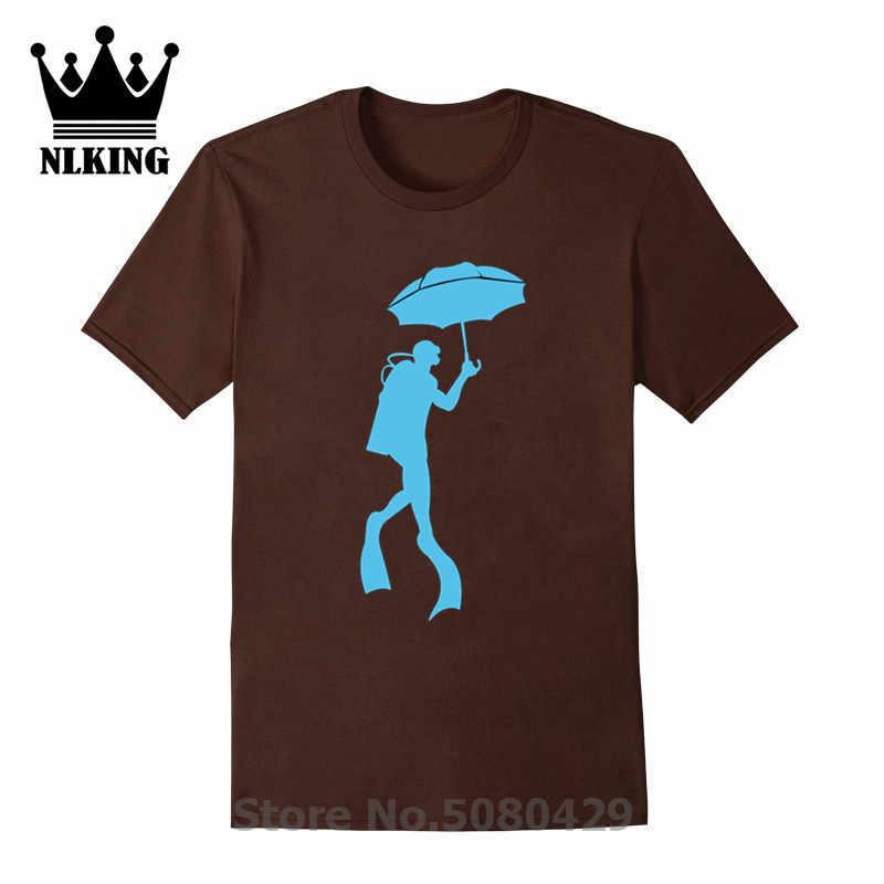 Baru Scubrella Musim Panas O Leher Dicetak T Shirt T-shirt Aneh Combo Seorang Penyelam Scuba Menggunakan Payung 100% pendek Katun Tee Atasan
