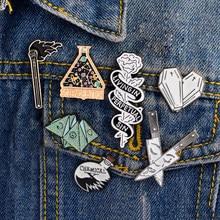 Émail broche Origami jeu coeur cercueil Science chimique toile d'araignée correspond Rose couteau broche et épingle dessin animé épinglette bouton Badges