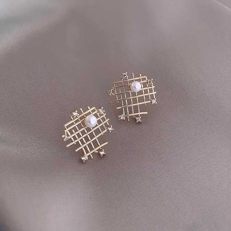 Korea hot sale fashion jewelry irregular mesh hollow metal earrings elegant simple generous pearl wild earrings for women