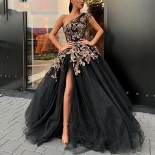 Черное кружевное платье на одно плечо с разрезом сбоку